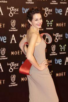 Cuca Escribano lució una original creación de Nihil Obstat en los Premios Goya 2014. El vestido en crepe de lana y satén de seda en color arena tiene bucles en satén de seda rojo pimentón (modelo otoño invierno 2014). #Fashion #Dress #Couture
