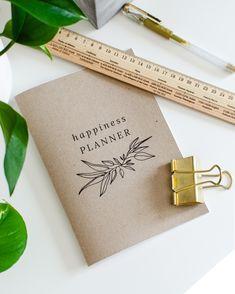 A5-kokoinen kasviaiheinen vihko muistiinpanoillesi! 36 tyhjää tai viivallista sivua - sinä päätät. 100 % ekologinen ja kotimainen. #planner #scrabbook #notebook #vihko #bulletjournal #ekologinen #kotimainen #madeinfinland Happy Planner, Notebooks, Notebook, Laptops