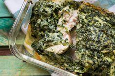 Ein super simples, aber sehr leckeres Low Carb Hähnchen Gericht. Der cremige Spinat und der würzige Käse bilden eine feine Kruste, die jedem schmeckt!