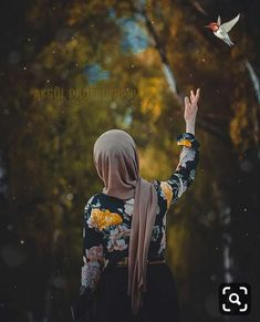All religions are considered a way of life, including religion Islam. We all know that Muslims are the believers of Islam. Hijab Niqab, Muslim Hijab, Hijab Chic, Mode Hijab, Hijabi Girl, Girl Hijab, Beautiful Muslim Women, Beautiful Hijab, Whatsapp Dp