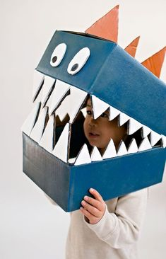 Cardboard boxes can quickly become this amazing DIY dinosaur costume. Cardboard boxes can quickly become this amazing DIY dinosaur costume. Cardboard Costume, Cardboard Mask, Cardboard Box Crafts, Cardboard Playhouse, Cardboard Furniture, Diy Dinosaur Costume, Dino Costume, Diy Niños Manualidades, Manualidades Halloween