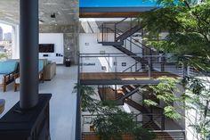 """226 curtidas, 3 comentários - Galeria da Arquitetura (@galeriadaarquitetura) no Instagram: """"Na Residência M&M, passarelas e escadas metálicas acompanham o vão central, que abriga a árvore…"""""""