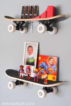 Etagères avec des skateboards