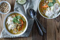 Ein einfaches Rezept für Hähnchen Curry mit Erdnuss, Kokosmilch und viel Gemüse. Eine spezielle Zutat sorgt dafür, dass es wie in Thailand schmeckt.
