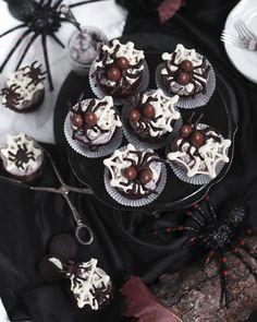 Halloween Cupcakes Easy, Halloween Cookie Recipes, Halloween Cookies Decorated, Halloween Sugar Cookies, Easy Halloween Food, Halloween Desserts, Christmas Desserts, Halloween Party, Halloween Spider