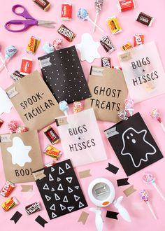 DIY printable Halloween treat bags featuring five Halloween puns and phrases – just print, cut, fold, and secure with double-sided tape! Happy Halloween, Bolo Halloween, Halloween Puns, Diy Halloween Treats, Pink Halloween, Halloween Birthday, Diy Halloween Decorations, Holidays Halloween, Halloween Themes