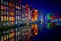 Los coloridos canales de Ámsterdam durante la noche, Holanda.