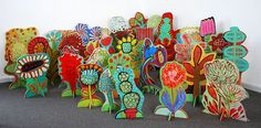 BARBARA GILHOOLY Pop-Up Garden 2013 acrylic wood cut outs on slotted stands Average size of pieces h to h Pop-Up Garden Installation 38 individual acrylic wood cut outs on slotted standspop up garden - super cute primary ideapop-up-garden-I like this Group Art Projects, Collaborative Art Projects, Cardboard Sculpture, Cardboard Art, Fleurs Diy, Middle School Art, Art School, High School, Art Classroom