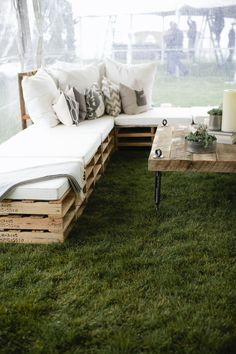 Outdoor pallet setting with cushion