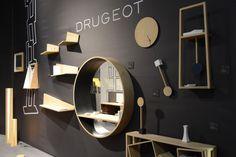 シェルフや鏡、時計などすべて壁面を利用し、シンプルだがインテリアのアクセントとなるデザインが目を引く。