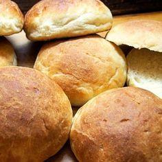 Lounaalta yli jäänyt perunamuusi oli hyvä tekosyy tehdä pehmeitä ja maistuvia perunansämpylöitä. #nukanamaku #nytblogissa #ruokablogi #leivonta #sämpylät #perunasämpylät #potatobuns Hamburger, Brunch, Rolls, Baking, Recipes, Breads, Buns, Bakken, Recipies