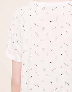 The most alternative T-shirts for women at PULL&BEAR. Find printed, long sleeve, slogan, striped and embroidered T-shirts for Autumn Winter Mode Polo, Conversational Prints, Arrow Print, Summer Prints, Boys T Shirts, Printed Shirts, Print Patterns, Shirt Designs, Triangles