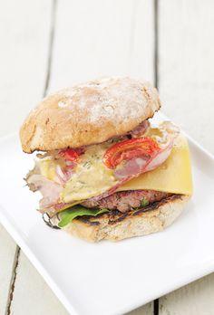 Een overheerlijke de perfecte hamburger met witblauw rundvlees, die maak je met dit recept. Smakelijk!