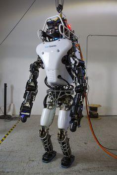 L'humanoïde ATLAS du concours de la DARPA a été changé à 75% depuis novembre 2014 par leur concepteur originel, Boston Dynamics c'est-à-dire Google. Batterie intégrée dans le dos, squelette fortement revue, plus de mobilité et moins consommation... voilà certaines nouveautés. ||| A revoir également : http://dailygeekshow.com/2015/01/26/decouvrez-atlas-le-robot-qui-maitrise-si-bien-son-equilibre-quil-ne-peut-pas-tomber/