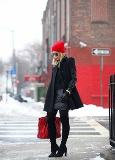 cappello-rosso-di-lana-cappotto-nero-borsa-rossa
