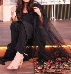Pakistani Fashion Party Wear, Pakistani Formal Dresses, Pakistani Girl, Pakistani Outfits, Indian Outfits, Indian Fashion, Pakistani Actress, Cute Girl Poses, Girl Photo Poses