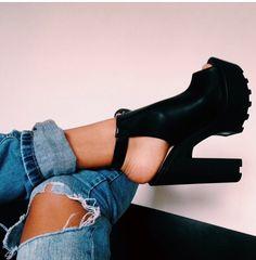 Otra cosa que me encanta en un buen look, son los zapatos. Son un complemento muy importante en la moda, puesto que solo poniendote los inadecuados para la ocasión, puede dar otra impresión al look. Estos, son un buen ejemplo puesto que es muy extraño que en el armario de una chica no haya unos botines negros, verdad?