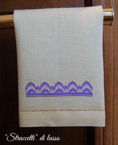 Buongiorno ragazze.. è da molto tempo che desideravo divertirmi con il punto fiamma, molto semplice perchè si tratta di passare dei punti ... Swedish Weaving, Towel, Embroidery, Handmade, Needlework, Diy, Crafts, Towels, Tricot