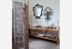Dois tipos de espelhos em um banheiro