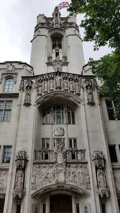The Supreme Court Building in London. Finished in 1913, under the plans of Scottish architect James S Gibson, is described as neo-Gothic with Flemish – Burgundian references.  #londonarchitecture #gothicarchitecture #flemisharchitecture #burgundianarchitecture #supremecourt #britishsupremecourt #thisislondon #welovelondon #instalondon #visitlondon #londonhistory #londonsouvenirs #mylondonsouvenirs