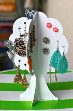 Projectville: Craft, DIY, Art, and Beauty: DIY Earring Storage Tree (Could cut on Silhouette) Diy Earring Storage, Diy Earring Holder, Earring Box, Earring Tree, Jewellery Storage, Jewelry Organization, Earring Hanger, Cardboard Crafts Kids, Diy And Crafts