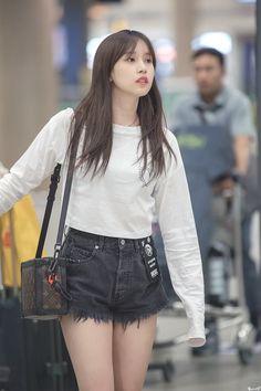 Kpop Fashion, Korean Fashion, Airport Fashion, Kpop Girl Groups, Kpop Girls, San Antonio, Nayeon, Asian Woman, Asian Girl