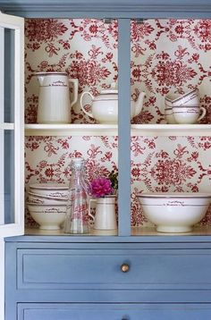 Ideas que mejoran tu vida Old Furniture, Paint Furniture, Upcycled Furniture, Furniture Projects, Furniture Makeover, Wallpaper Furniture, Hutch Makeover, Painted China Cabinets, Shabby Chic Style