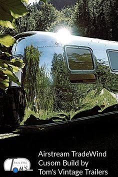 Airstream Custom Build Hülle by Tom's Vintage Trailers GmbH #glamping #tomsvintagetrailers #airstream #verkauf #vermietung #tradewind #event #hochzeit Airstream, Glamping, Toms, Vintage Trailers, Aquarium, Building, Restore, Travel Trailers, Wedding