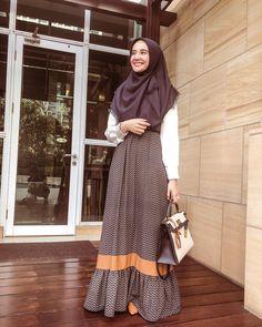 < aku dan bayangan mu :D > Abaya Fashion, Muslim Fashion, Skirt Fashion, Fashion Dresses, Muslim Dress, Hijab Dress, Dress Outfits, Casual Hijab Outfit, Ootd Hijab
