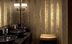 Die Tage von raumhohen Fliesenspiegeln und geschmacklosen Musterkacheln im Bad sind gezählt. Es ist höchste Zeit für einen Tapetenwechsel – und zwar im wahrsten Sinne des Wortes, denn schicke Tapeten machen jedes Badezimmer zur Augenweide.