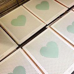 • S N E A K  P R E V I E W • Deze miniposters presenteren we oa op @showup_event #nieuwecollectie #zeefdruk #6 designs #brievenbusformaat #goud&mint #liefde #binnenkort online #webshop