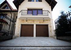 Usi de garaj sectionale doorTECK® | Smilo Holding Garage Doors, Outdoor Decor, Home Decor, Simple Lines, Decoration Home, Room Decor, Home Interior Design, Carriage Doors, Home Decoration