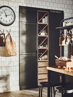 Kitchen storage ideas: 27 space-saving solutions Looking for some handy storage ideas? Tidy Kitchen, Kitchen Cupboards, Kitchen Styling, Kitchen Ideas, Kitchen Decor, Glass Kitchen, Kitchen Trends, Kitchen Pantry, Kitchen Cart