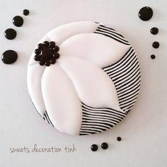 "99 Likes, 9 Comments - sweets decoration tink (@tink109tinkerbell) on Instagram: ""少し和風な雰囲気のイメージから抜け出せない どうしましょう…(-_-;) #アイシングクッキー #スィーツ #デコレーション #クッキー#花"""
