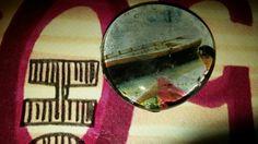 Broche con gema decorada a mano. La imagen representa a Audrey Hepburn junto a un lago.