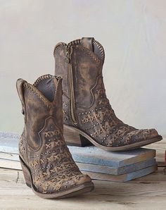 Stylish cowboy girl boots for the modern women. Wanting a cowgirls boots or cheap cowgirl boots. Go to the webpage click the tab for further choices -- Classic cowgirl boots Boho Boots, Cowgirl Boots, Gypsy Boots, Estilo Hippie, Hippie Boho, Western Wear, Western Boots, Cute Shoes, Me Too Shoes