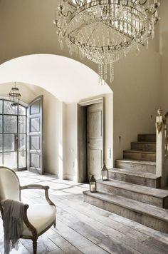 villa in provenza, ingresso  con scala in legno