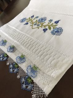 Küçük havlu iğne oyası Decorative Towels, Elegant Table, Bargello, Needlework, Diy And Crafts, Embroidery, Crochet, Model, Crossstitch