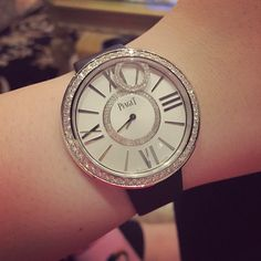 Piaget Limelight Dancing Light watch in 18K white gold set with 68. Dial set with 98 diamonds. Piaget 56P quartz movement.