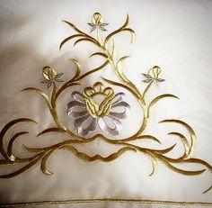 Maraş çeyiz Embroidery Suits Design, Gold Embroidery, Brazilian Embroidery, Embellishments, Pillow Covers, Brooch, Creative, Jewelry, Kids Tutu