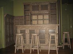 Mueble bar, barra de bar y taburetes en madera de pino de Valsaín y acabado en gris decapado.