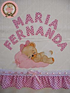 Deus me deu um dom muito belo,pois transformo um simples risco em arte...Sou simplesmente apaixonada por patch aplique,e fico muito feliz ao ver minhas clientes satisfeitas com meu trabalho... Sejam bem-vindos ao meu cantinho! Quilt Baby, Quilt Bedding, Sunbonnet Sue, Kirigami, Plaid, Baby Sewing, Our Baby, Hand Embroidery, Patches