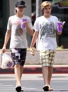 Dylan and Cole Sprouse Dylan Sprouse, Sprouse Bros, Cole Sprouse Hot, Cole Sprouse Jughead, Riverdale Funny, Riverdale Cast, Zack E Cold, Suit Life On Deck, Cole Spouse