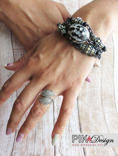 Magnifique bracelet de perles et chaînes fait à la main style boho, ethnique  -- 1 seul exemplaire (bijoux exclusif)  -- Style ethnique, bohème chic  -- Matériaux: noix, plastique et métal  -- Couleurs: noir et blanc, blanc cassé et noir, métal noirci  -- Longueur totale ouvert de 19,3 cm et largeur denviron 3,5 cm + une rallonge possible de 3,5 cm  -- Attache pince homard de métal  -- Poids: 30 g.  -- Se porte pour une tenue décontractée ou élégante  -- Attire les regards par son effet…
