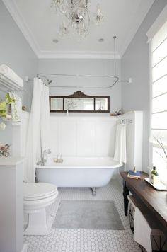 jolie baignoire ancienne et robinetterie ancienne, baignoire blanche dans la salle d'eau