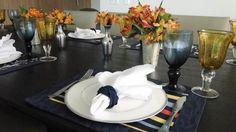 Mesa do Dia: Para um almoço, azul marinho e ambar