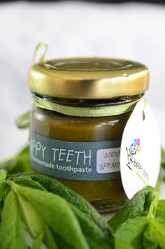 Homemade toothpaste with mint for extreme freshness