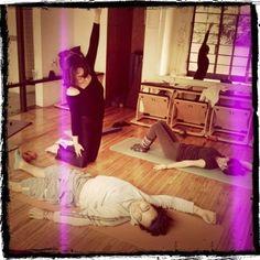 """@inspirahpilates's photo: """"Alicia @neuroteacher practicando su enseñanza con Gustavo @silencioagudo y Susana en el #entrenamientoinstructorpilates Balanced Body"""""""