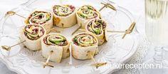 Serveer een bordje carpaccio met sla, parmezaanse kaas en pesto eens als een hapje