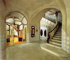 El vestíbulo de acceso para los inquilinos, tiene forma rectangular y techos curvos, con suelo de mármol y una decoración de cerámica azul en la parte baja de la pared y de estuco en la superior.